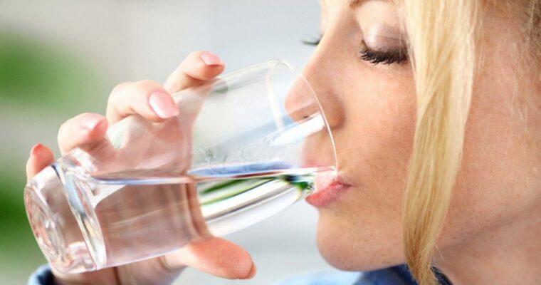 Câtă apă trebuie să bem zilnic?