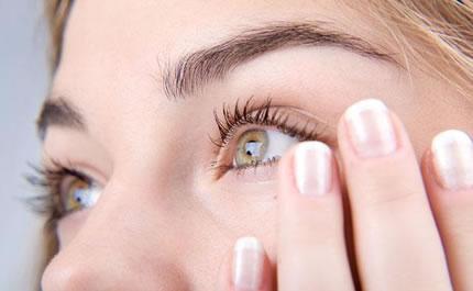 Zona din jurul ochilor este cea mai fragila zona a fetei