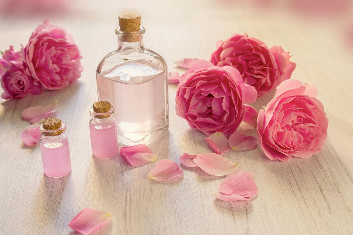Apa florală de trandafiri – remediu pentru o piele curată, fără coşuri